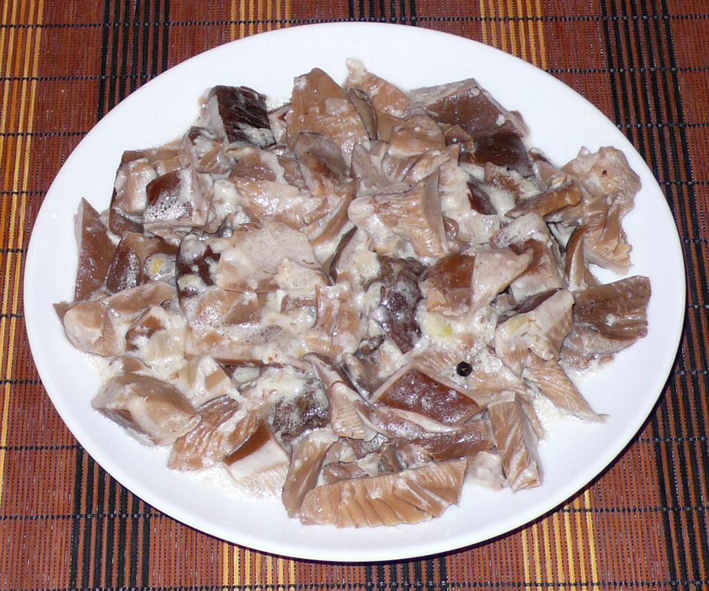 грибы в сметане тушеные