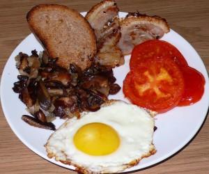 Горячая тарелка - традиционный английский завтрак с грибами